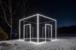 Casaluce, Massimo Uberti. Opera ritraente una casa di neon situata Corea