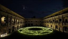 Città Ideale, Massimo Uberti. Opera di neon che ritrae una stella inserita in una struttura circolare all interno del palazzo ducale di Mantova