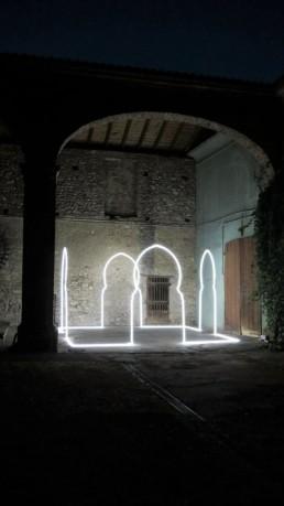 Endless, Massimo Umberti. Opera ritraente archi di neon situata sotto ad un porticato