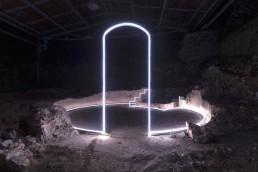 Essere Spazio, Massimo Uberti. Opera di neon su sito archeologico di notte