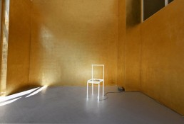 Loved Space, Massimo Uberti. Opera ritraente una sedia di neon in una stanza dorata