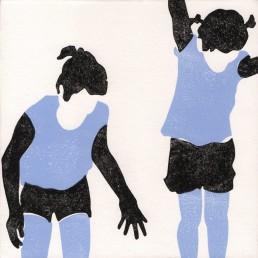 Esercizi di Forma N°3, Antonio Bernardo. Linoprint su tela ritraente due bambine che fanno esercizio fisico