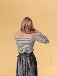 Espiazione, Valentina Porcelli. Opera a olio su tela ritraente una donna di spalle che si tocca i capelli su sfondo oro