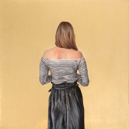 Espiazione, Valentina Porcelli. Opera a olio su tela ritraente una donna di spalle su sfondo oro